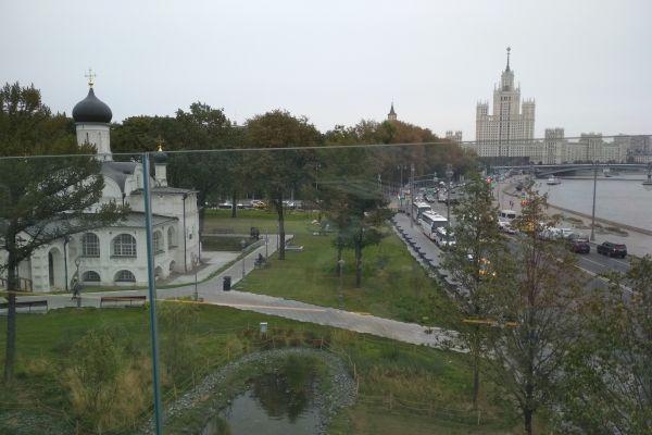 Парк Зарядье в Москва с храмовете