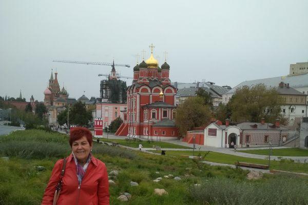 Парк Зарядье с църквите