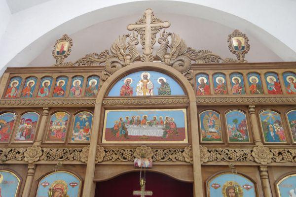 Иконостасът в църквата в с. Старцево